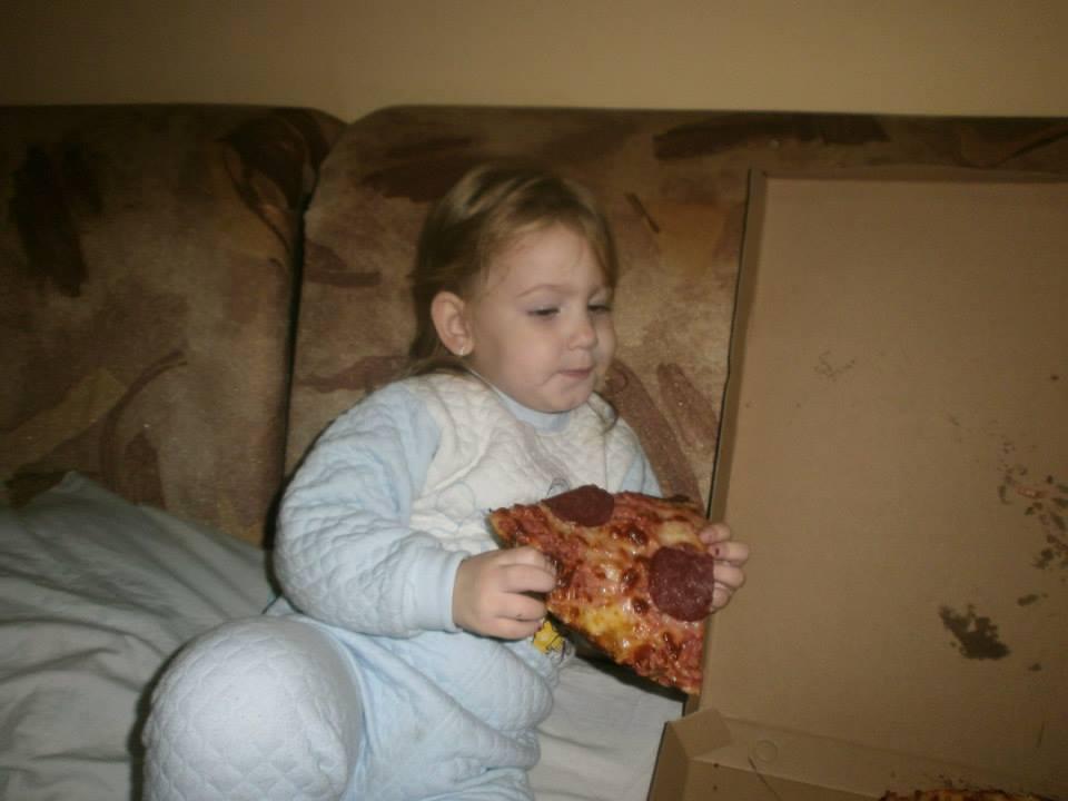 Denisa cu o pizza