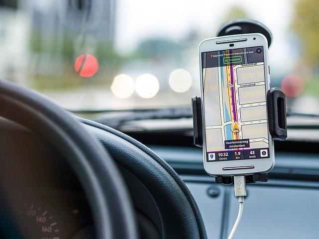 Alege un suport auto telefon pentru a fi mai atent în trafic!