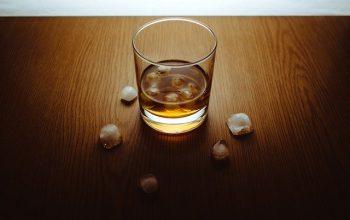 Savureaza un whisky japonez alaturi de prieteni